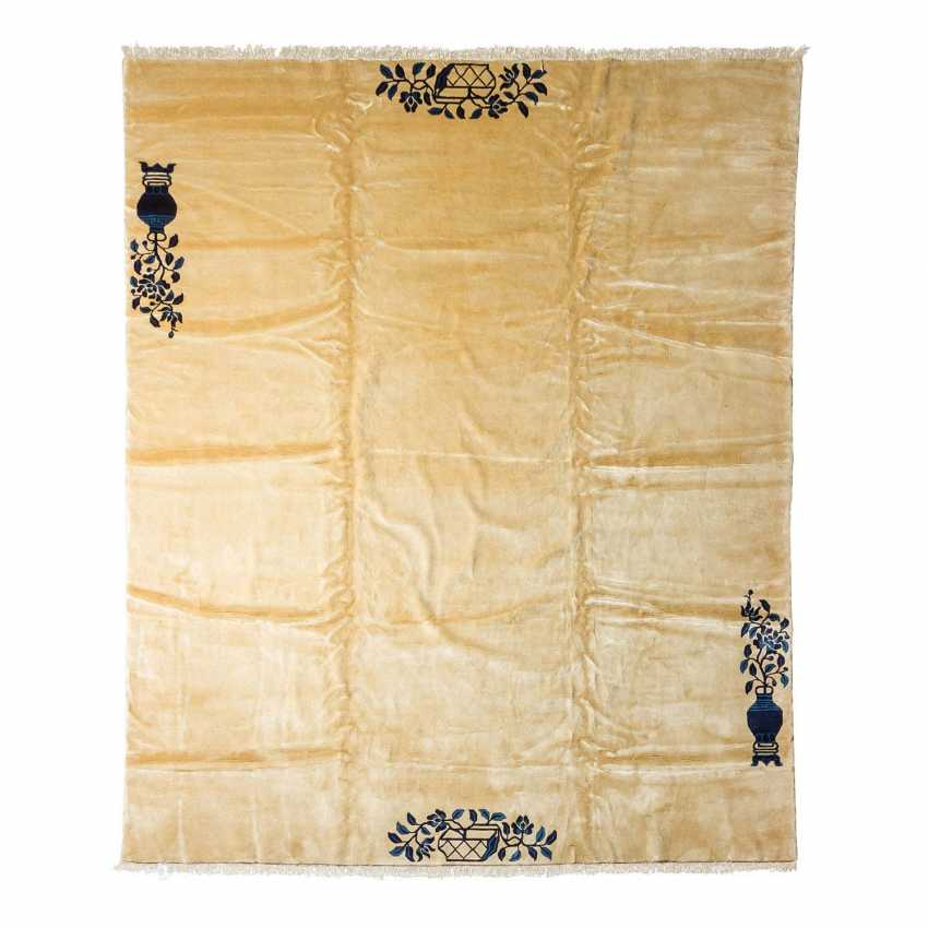 Carpet made of wool. CHINA, 20. Century, 290x250 cm. - photo 1