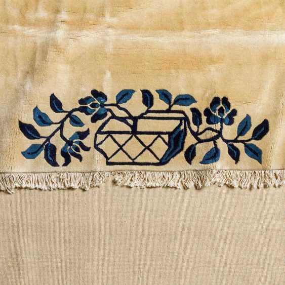 Carpet made of wool. CHINA, 20. Century, 290x250 cm. - photo 3
