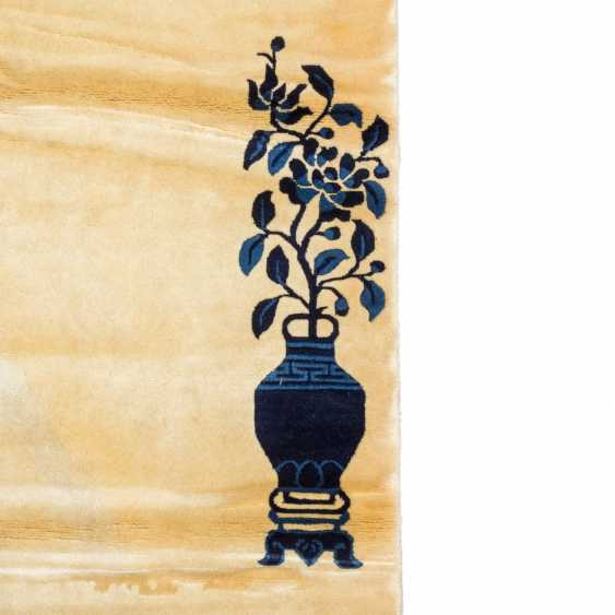 Carpet made of wool. CHINA, 20. Century, 290x250 cm. - photo 4