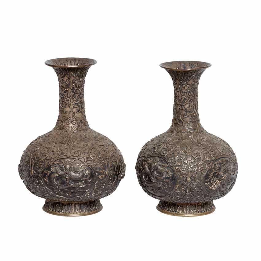 Pair of vases made of silver. CHINA, around 1900. - photo 2