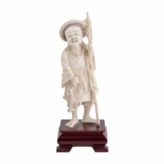 Ivory carving of a fisherman. CHINA, 1920s/30s. - photo 1