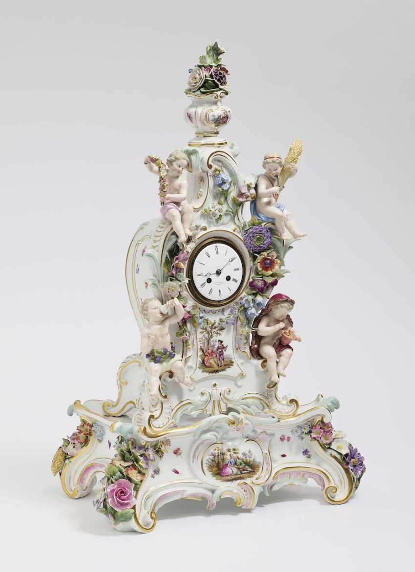 Mantel clock on pedestal. Meissen - photo 1