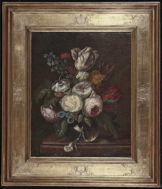 German (?), The beginning of the 19th. Century. Silent vase life with flowers in a glass on a marble table - photo 2