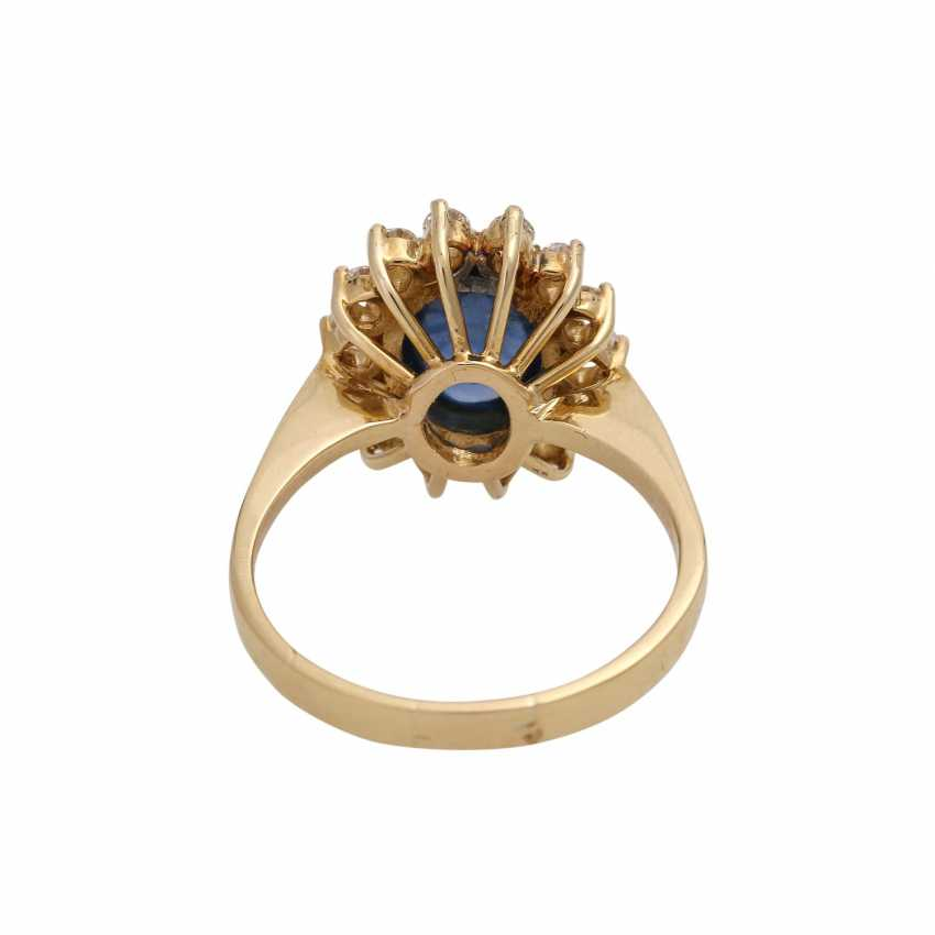 Ring with oval cabochon sapphire, surrounded by 14 brilliant-cut diamonds, - photo 4