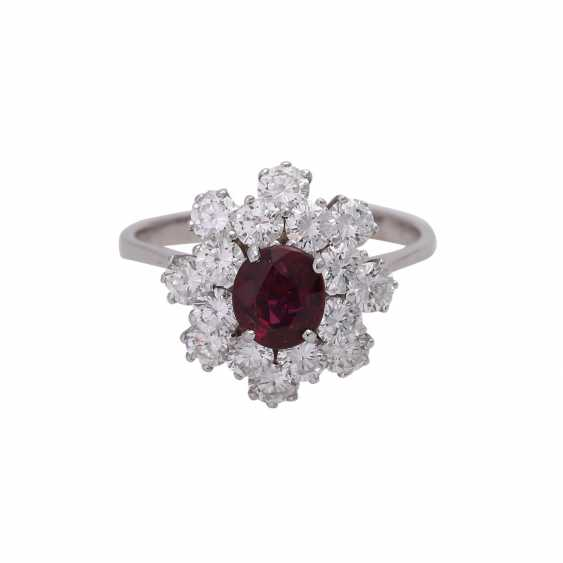 Ring with an oval fac. Rubin, 2reihig entouriert of 16 brilliant-cut diamonds, - photo 1