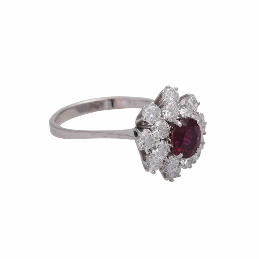 Ring with an oval fac. Rubin, 2reihig entouriert of 16 brilliant-cut diamonds, - photo 2