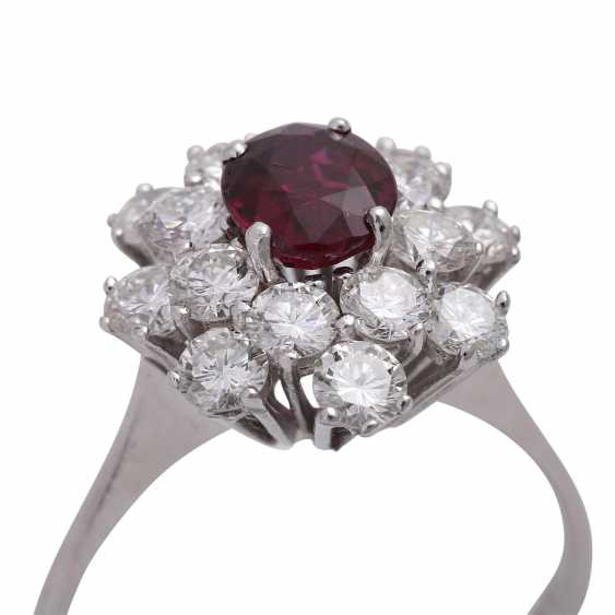 Ring with an oval fac. Rubin, 2reihig entouriert of 16 brilliant-cut diamonds, - photo 5
