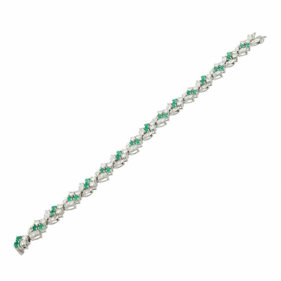 LAUDIER bracelet bes. with 32 emeralds, together CA. 3,22 ct, - photo 3