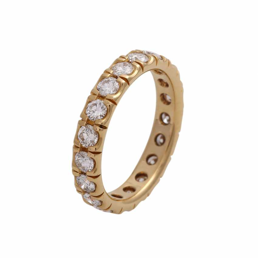 Eternity ring with 19 brilliant-cut diamonds, together approx 1.9 ct, FW (F-G)/ VS, - photo 4