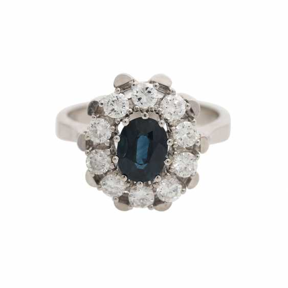 Ring with oval sapphire surrounded by 10 brilliant-cut diamonds, together CA. 0,9 ct, - photo 1