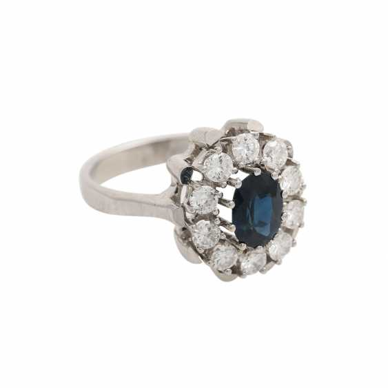 Ring with oval sapphire surrounded by 10 brilliant-cut diamonds, together CA. 0,9 ct, - photo 2