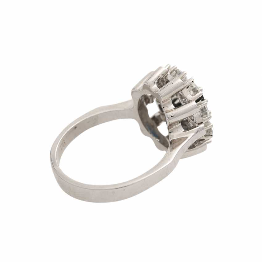 Ring with oval sapphire surrounded by 10 brilliant-cut diamonds, together CA. 0,9 ct, - photo 3