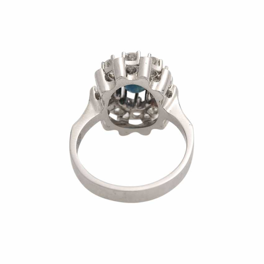 Ring with oval sapphire surrounded by 10 brilliant-cut diamonds, together CA. 0,9 ct, - photo 4