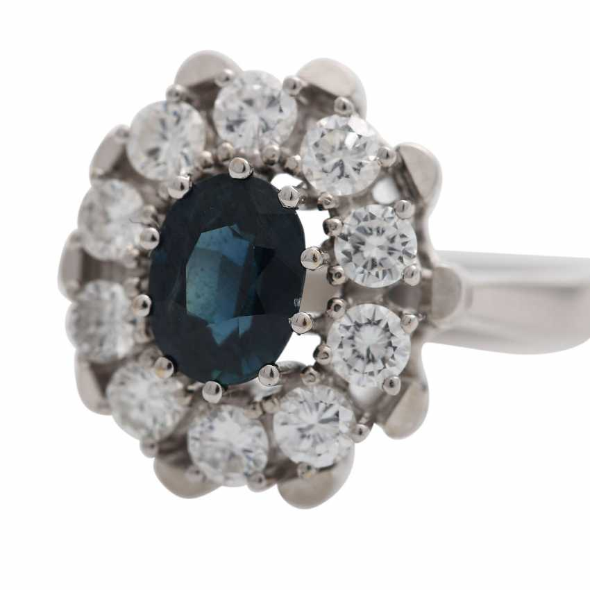 Ring with oval sapphire surrounded by 10 brilliant-cut diamonds, together CA. 0,9 ct, - photo 5