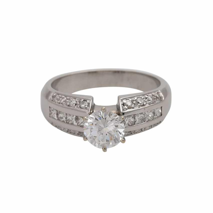Ring mit zentralem Brillant ca. 1 ct, - photo 1