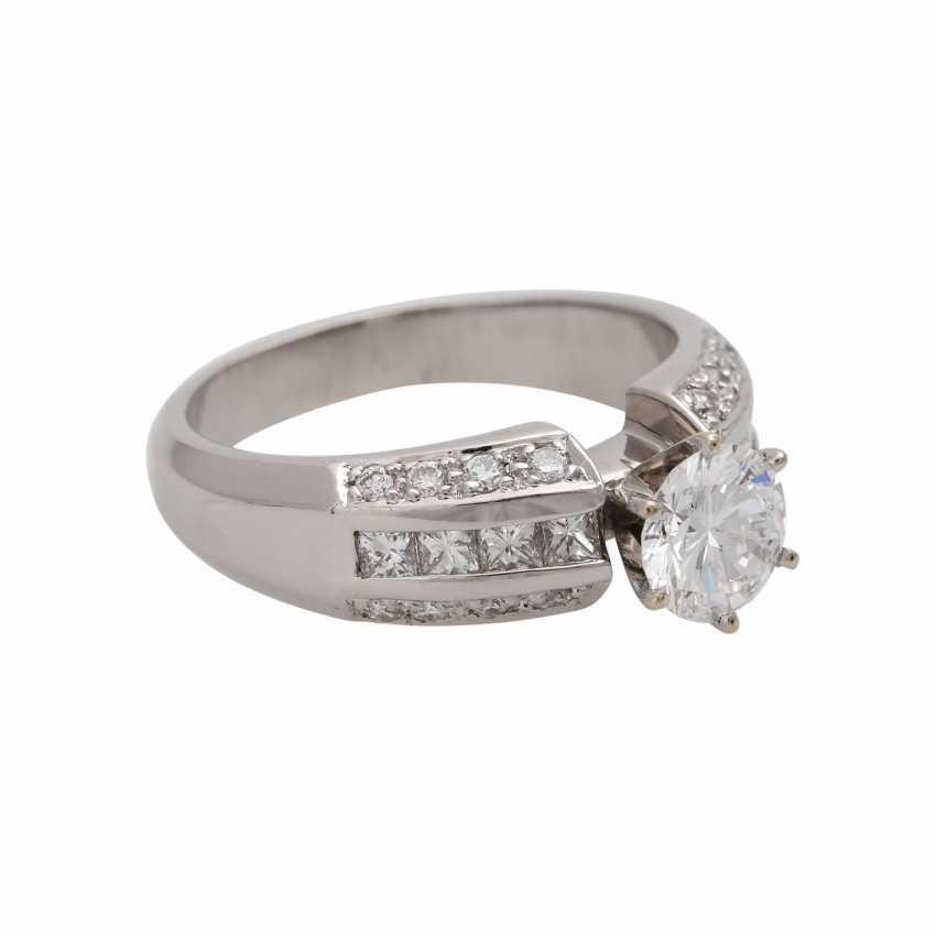 Ring mit zentralem Brillant ca. 1 ct, - photo 2