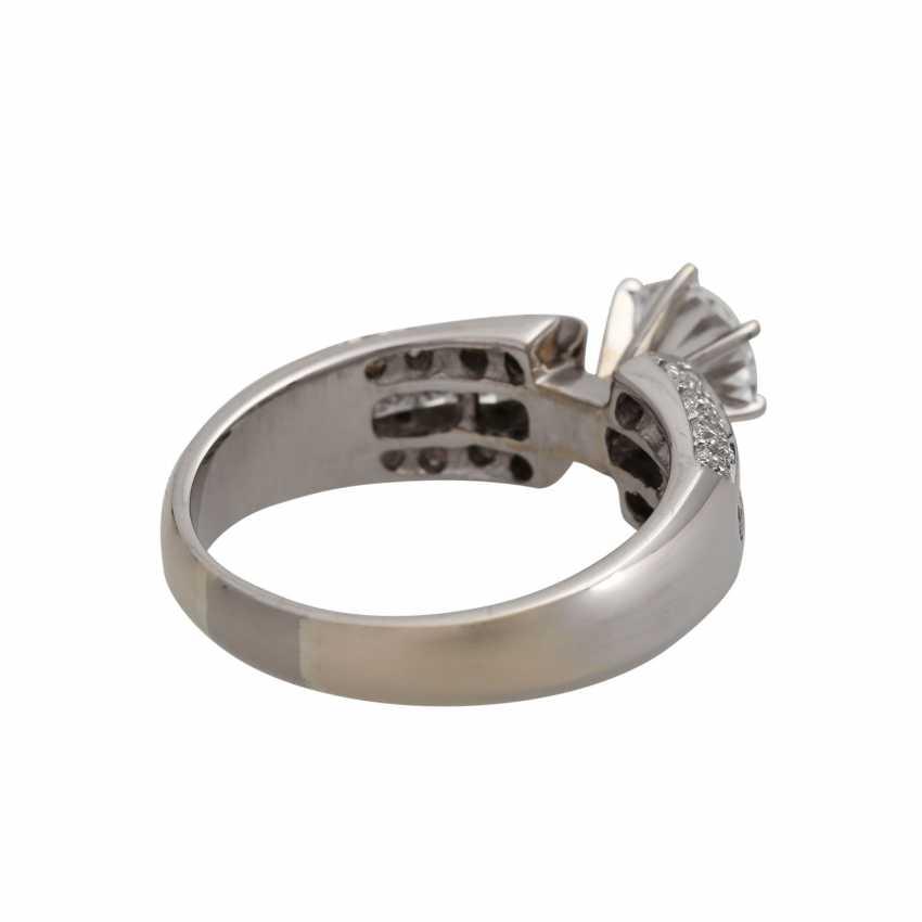 Ring mit zentralem Brillant ca. 1 ct, - photo 3