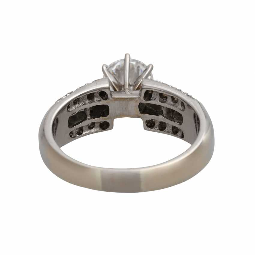 Ring mit zentralem Brillant ca. 1 ct, - photo 4