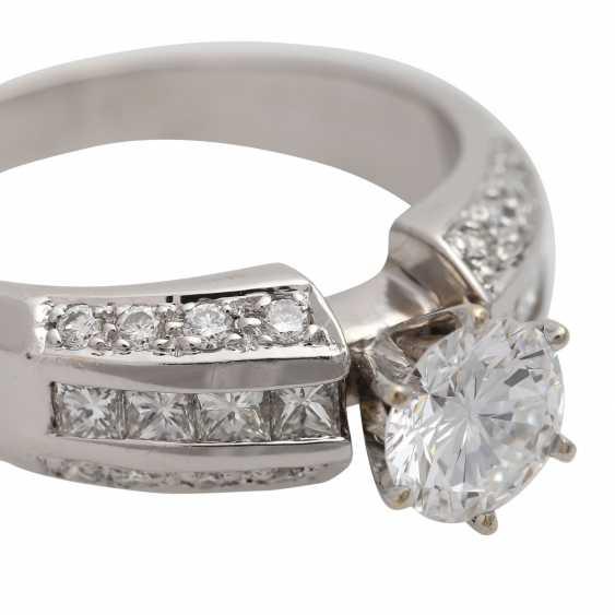 Ring mit zentralem Brillant ca. 1 ct, - photo 5