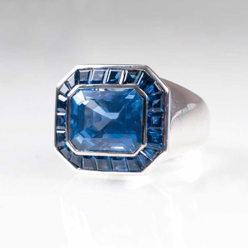 Exceptional Ceylon sapphire band ring from the jeweller Wilm