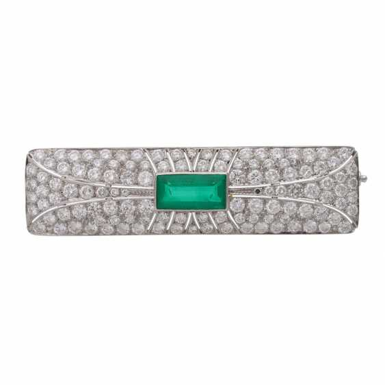 Brooch with emerald imitation and brilliant-cut diamonds, together approx. 4,5 ct., - photo 1