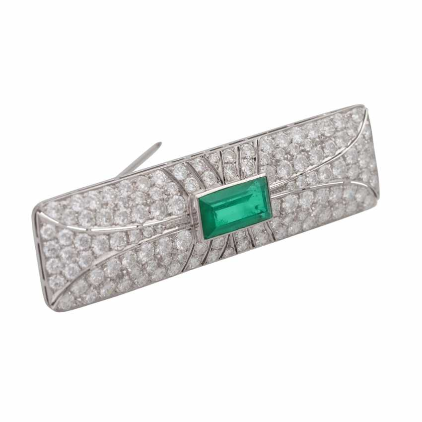 Brooch with emerald imitation and brilliant-cut diamonds, together approx. 4,5 ct., - photo 2