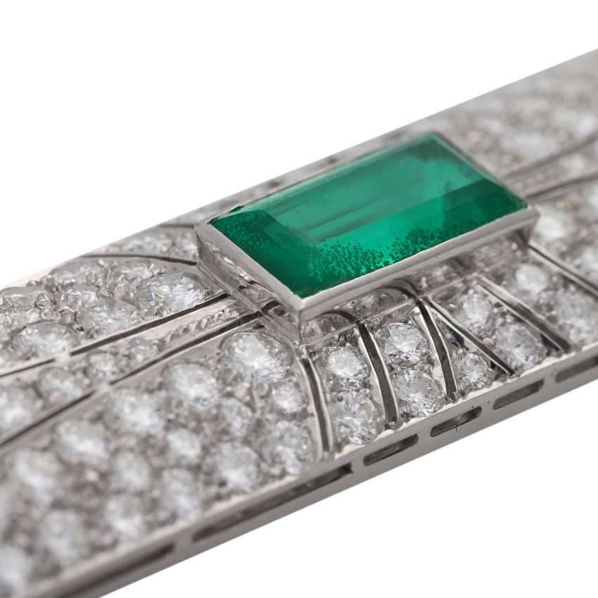 Brooch with emerald imitation and brilliant-cut diamonds, together approx. 4,5 ct., - photo 5