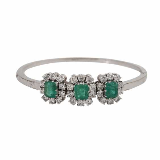 Bangle with 3 emeralds and 30 brilliant-cut diamonds, together approx. a 2.7 ct, - photo 1