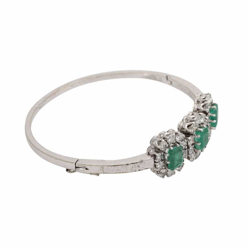 Bangle with 3 emeralds and 30 brilliant-cut diamonds, together approx. a 2.7 ct, - photo 2