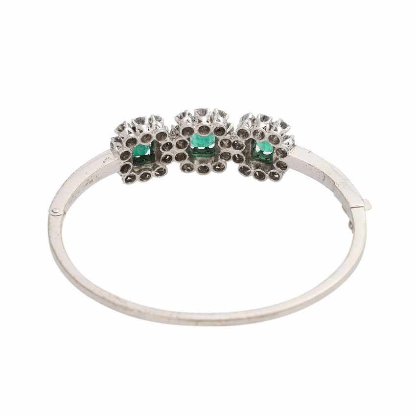 Bangle with 3 emeralds and 30 brilliant-cut diamonds, together approx. a 2.7 ct, - photo 3