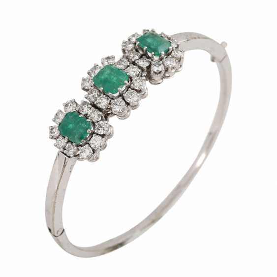Bangle with 3 emeralds and 30 brilliant-cut diamonds, together approx. a 2.7 ct, - photo 4