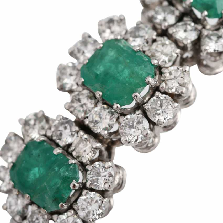 Bangle with 3 emeralds and 30 brilliant-cut diamonds, together approx. a 2.7 ct, - photo 5