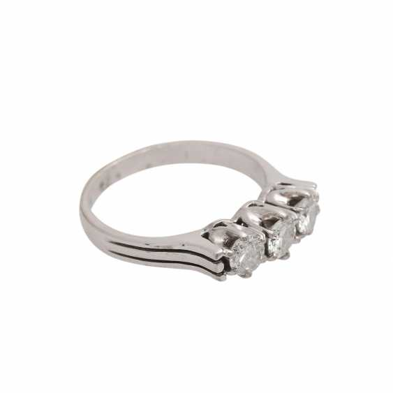 Ring with 3 diamonds together approx 0.6 ct, - photo 2