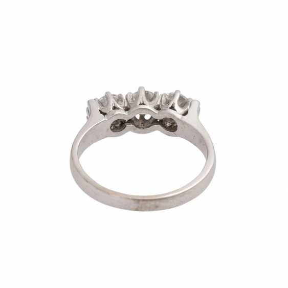 Ring with 3 diamonds together approx 0.6 ct, - photo 4