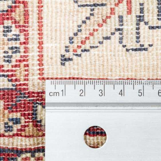 Orientteppich. PERSIEN/ARAK, 20. Jahrhundert, ca. 300x200 cm - Foto 4