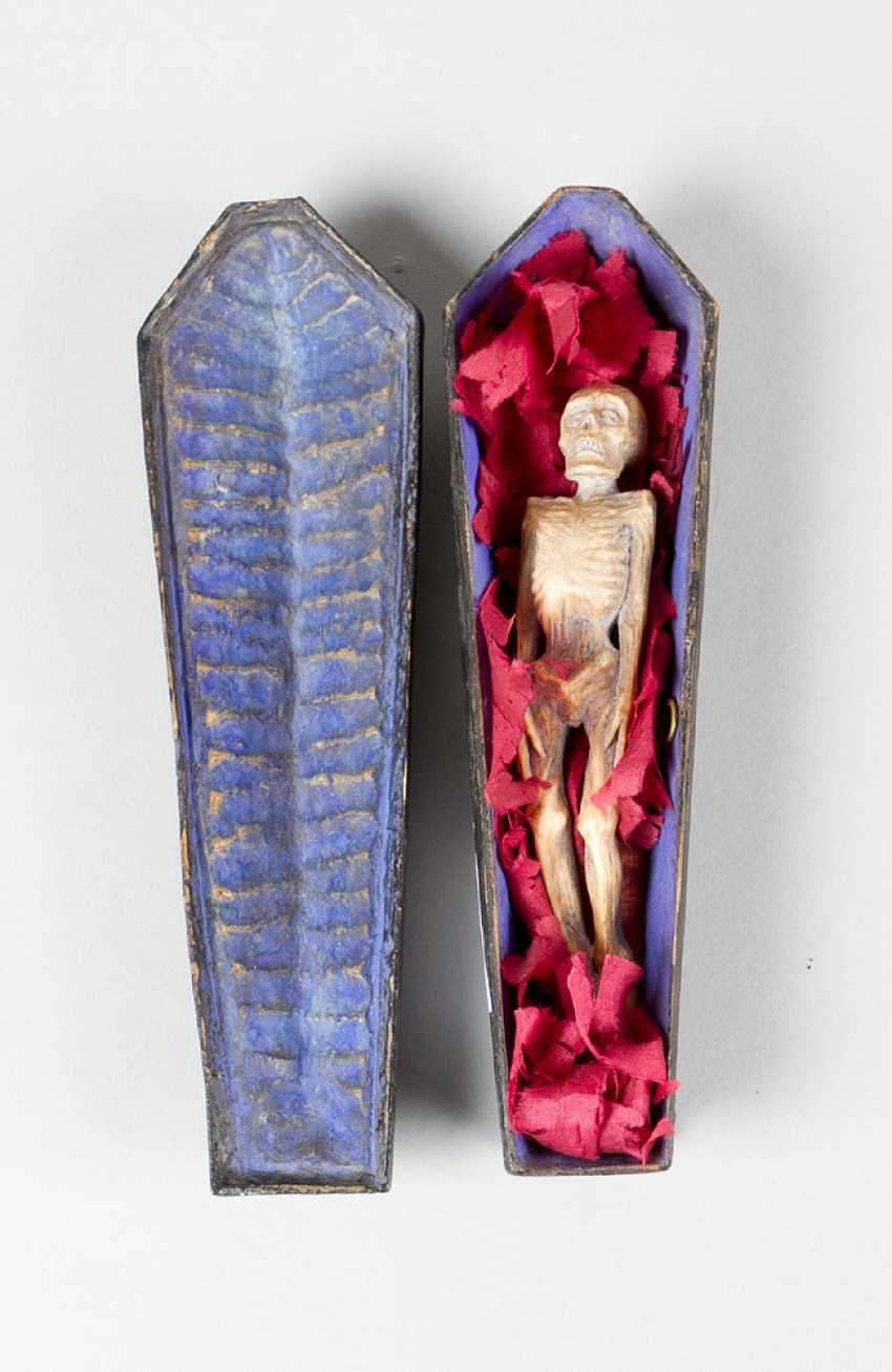 Miniature, Sarcophagus with carved bone skeleton, wood painted, 18./19. century - photo 1