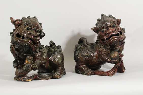 Paar Fo Löwen , Holz geschnitzt, Originale Farbe, teilweise durchbrochen gearbeitet, Ming-Dynastie - Foto 1