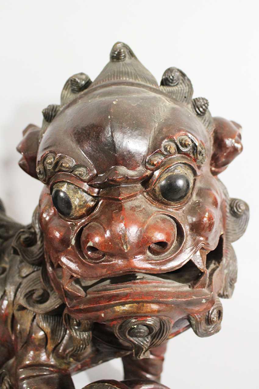 Paar Fo Löwen , Holz geschnitzt, Originale Farbe, teilweise durchbrochen gearbeitet, Ming-Dynastie - Foto 3
