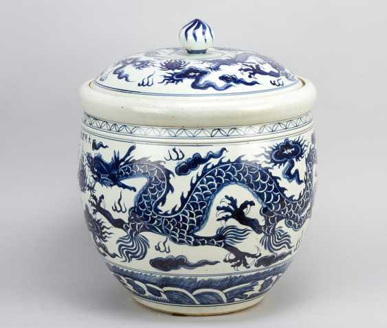 Large Chinese Porcelain pot with lid, painted, Qing Dynasty - photo 1