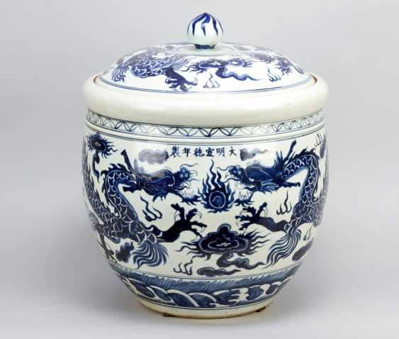 Large Chinese Porcelain pot with lid, painted, Qing Dynasty - photo 2