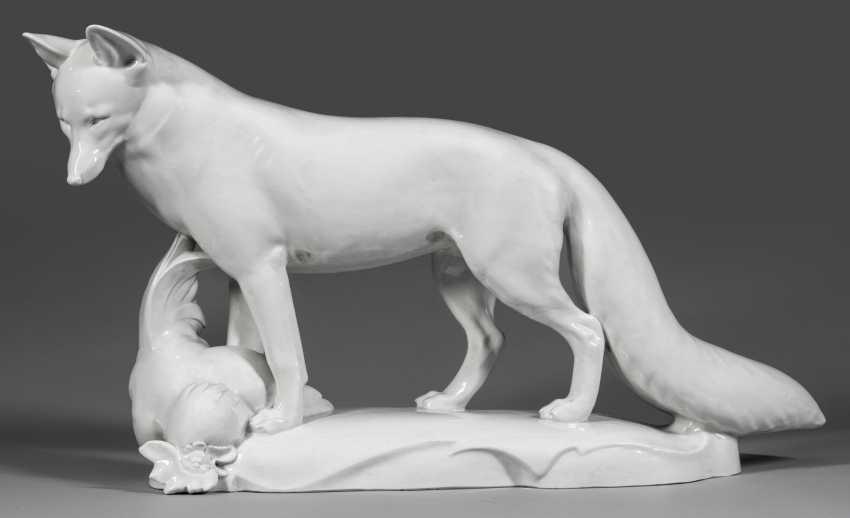 Необычайно большая фигура лиса с петухом - фото 1