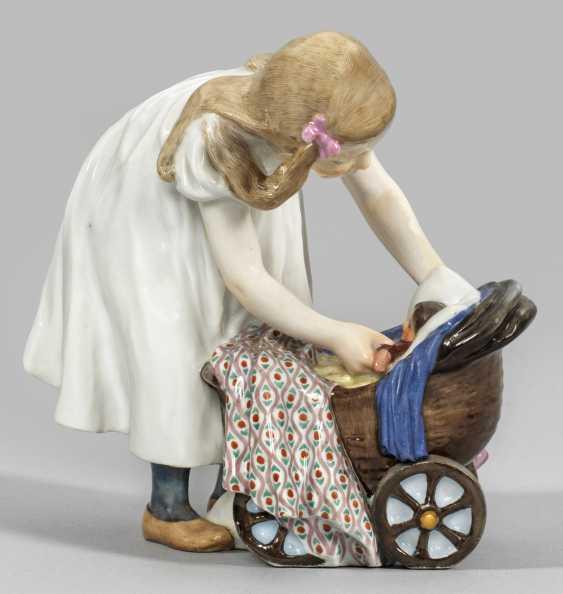 Девочки коляску с куклой - фото 1