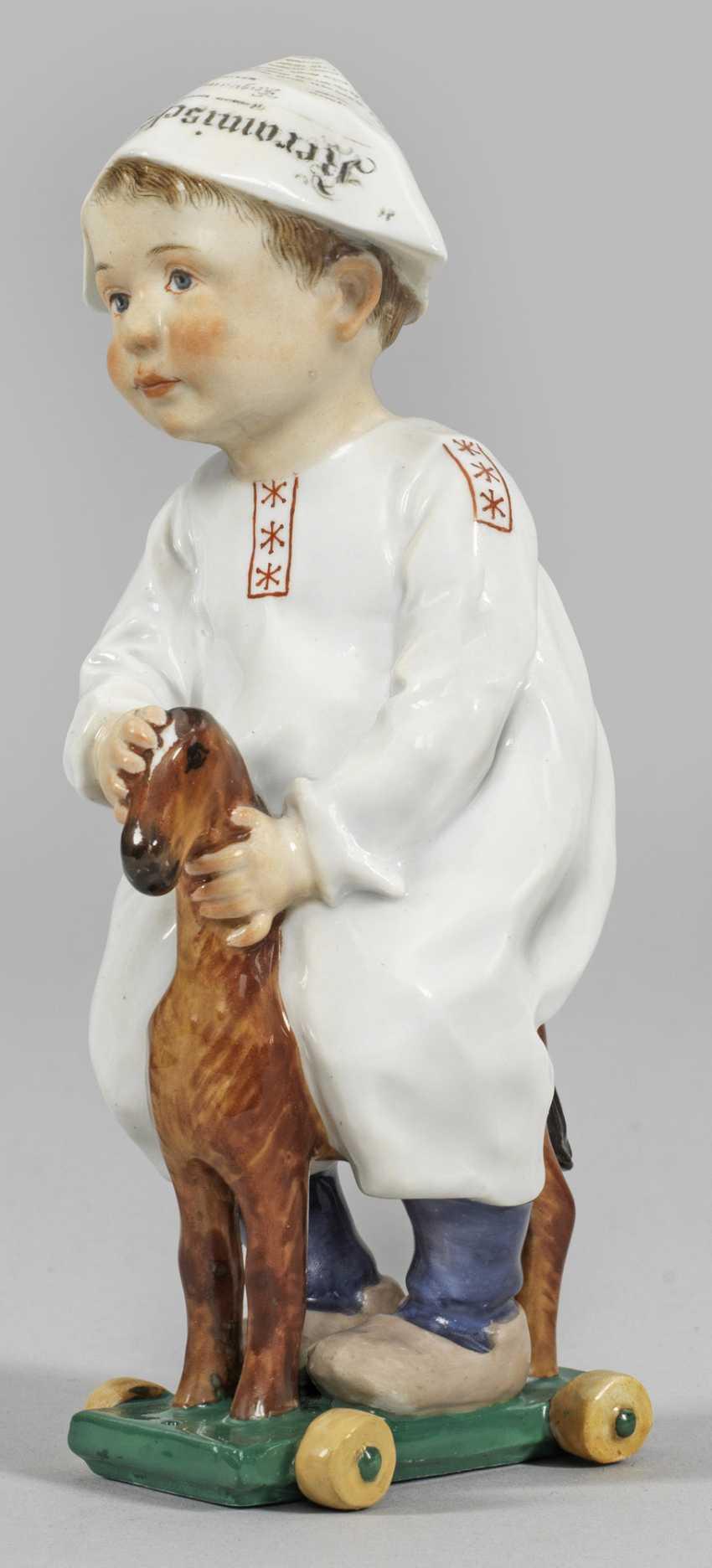Мальчик на деревянном коне - фото 1