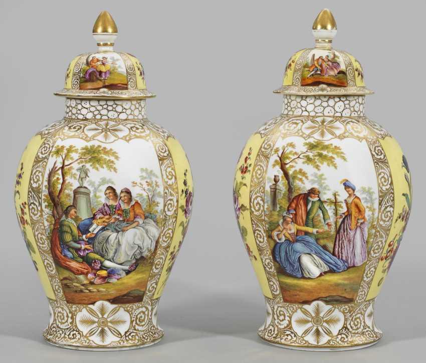 Пара больших вазы с Крышкой сцен Ватто и цветочный Декор - фото 1