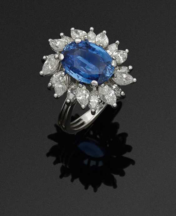 Шикарная драгоценность кольцо с васильково-синим сапфиром - фото 1