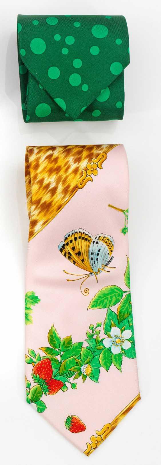 Два экстравагантный дизайн галстуки от ВЕРСАЧЕ - фото 1