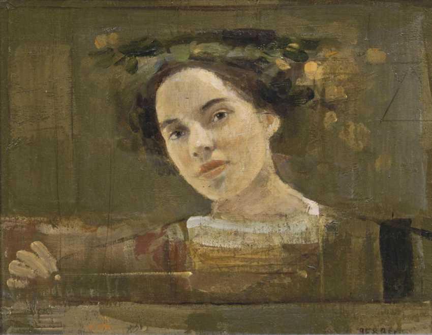 Молодая женщина с цветами венок - фото 1