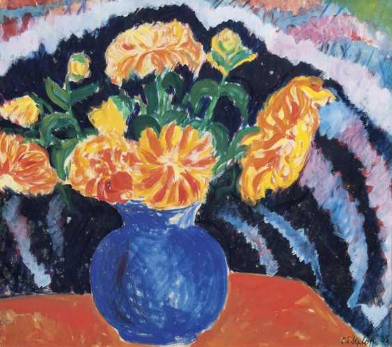 Красочные георгины в синей вазе - фото 1