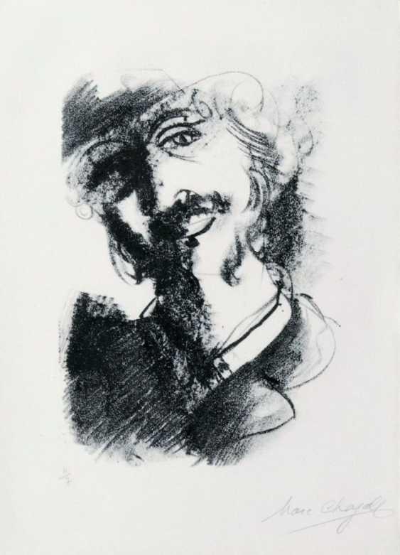 Человек, улыбаясь склонив голову - фото 1