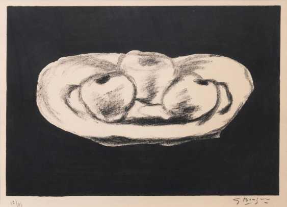 Яблоки на черном фоне - фото 1